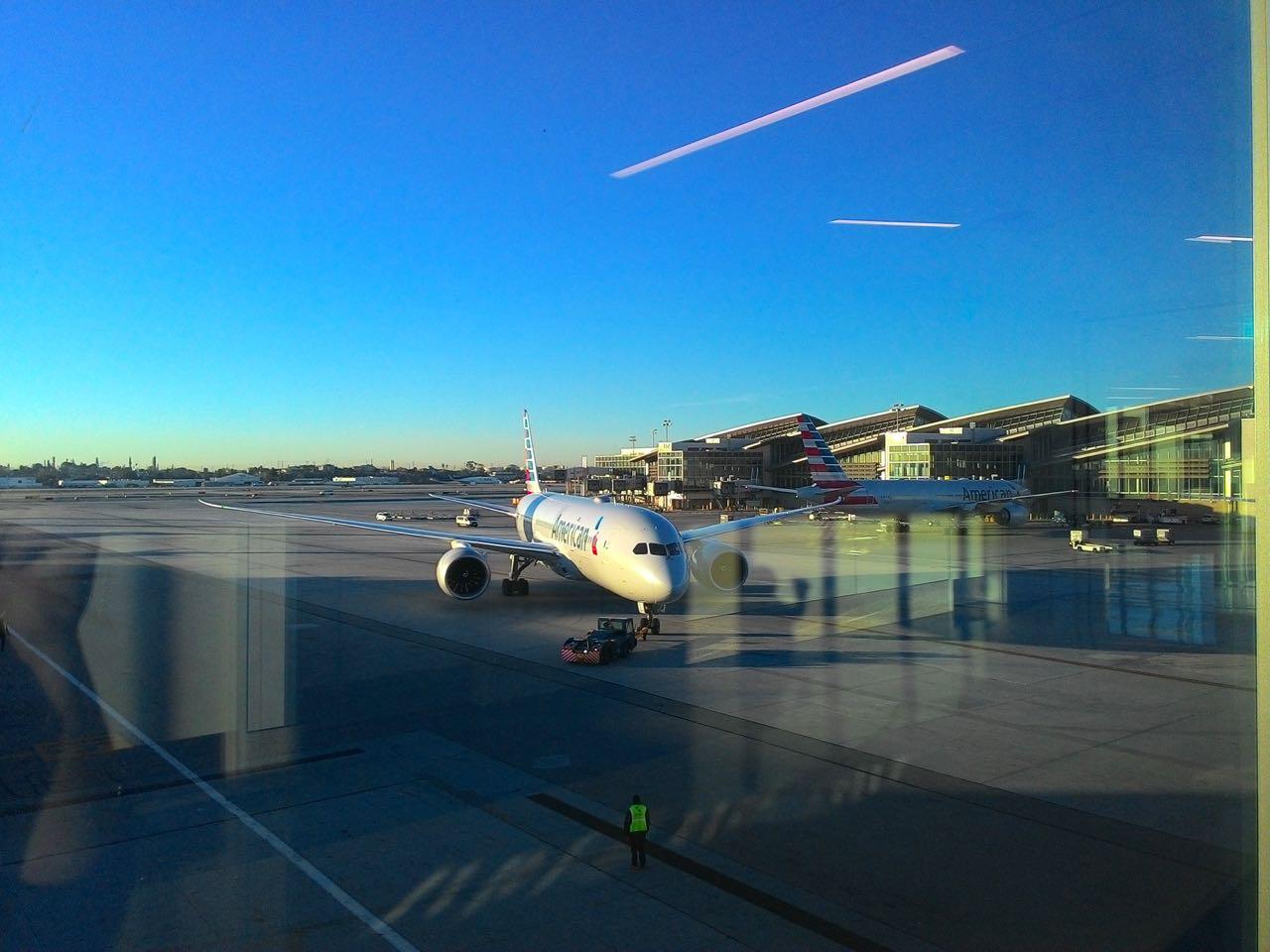 Imagem do avião da American Airlines em Los Angeles